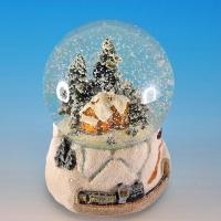 HY-11616 (8) Стеклянный шар с домиком и елкой на подставке из полистоуна, музыкальный D=10см, H=14см