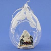 HY-15369 (24) 8*7*10см Стеклянный шар в виде капли с домиком в лесу, с синей лентой